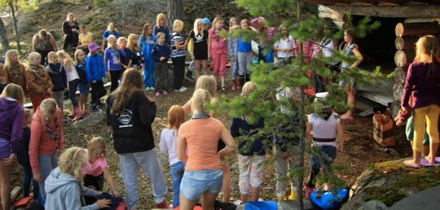 Vartiovuoren Tyttöjä iltanuotiolla Mammutti-kesäleirillä